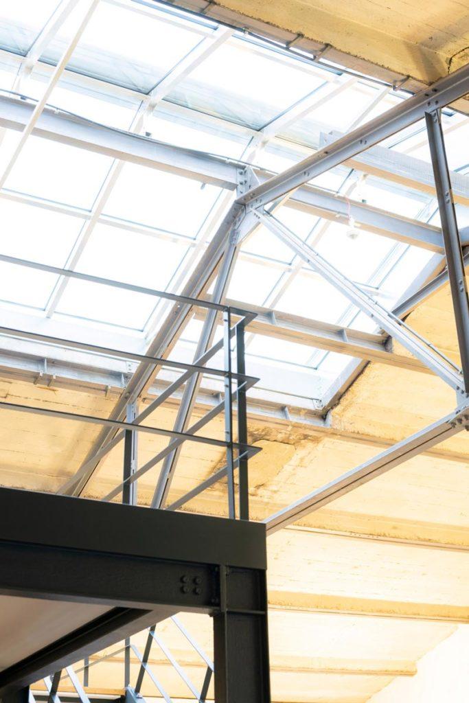 Im Coworkingspace von Intilion lässt der Dachgiebel aus Glas viel Licht ins Büro